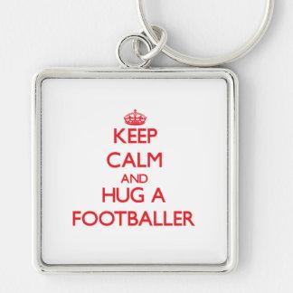 Mantenha a calma e abrace um jogador de futebol chaveiros