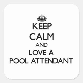 Mantenha a calma e ame um assistente da piscina adesivo quadrado