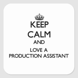 Mantenha a calma e ame um assistente da produção adesivo quadrado