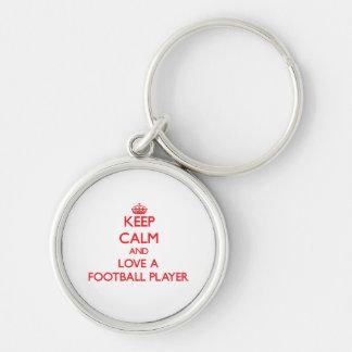 Mantenha a calma e ame um jogador de futebol chaveiro