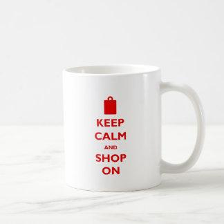 Mantenha a calma e comprar sobre caneca de café