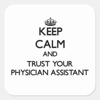 Mantenha a calma e confie seu assistente do médico adesivo quadrado
