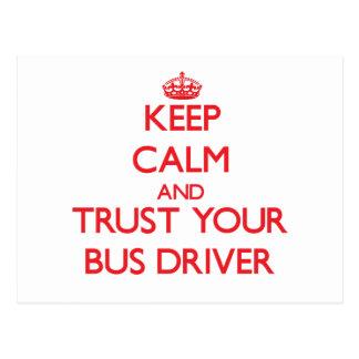 Mantenha a calma e confie seu condutor de autocarr cartão postal