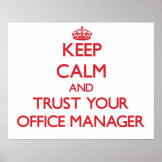 Mantenha a calma e confie seu gestor de escritório posters