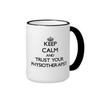 Mantenha a calma e confie seu Physioarapist Caneca Com Contorno