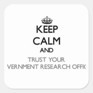 Mantenha a calma e confie sua pesquisa Offic do Adesivo Quadrado