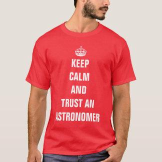 Mantenha a calma e confie um astrónomo camiseta