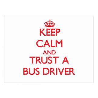 Mantenha a calma e confie um condutor de autocarro cartões postais