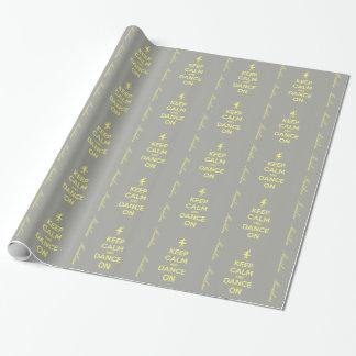 Mantenha a calma e dance no cinza no papel de papel de presente