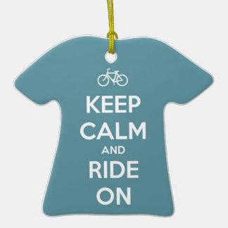 Mantenha a calma e monte-a no azul ornamento de cerâmica camiseta