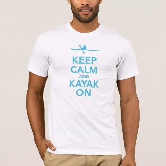Mantenha a calma e o caiaque no t-shirt