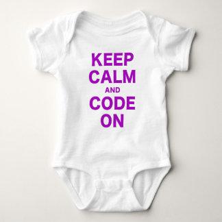 Mantenha a calma e o código sobre t-shirts