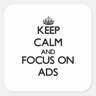 Mantenha a calma e o foco em anúncios adesivo em forma quadrada