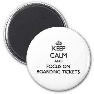 Mantenha a calma e o foco em bilhetes do embarque imãs de refrigerador