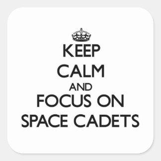 Mantenha a calma e o foco em cadete do espaço