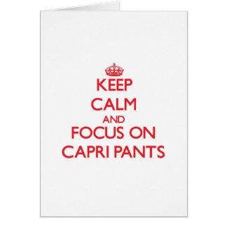 Mantenha a calma e o foco em calças de Capri Cartão Comemorativo