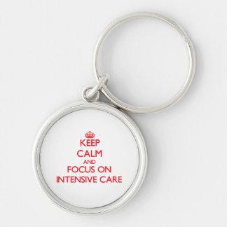 Mantenha a calma e o foco em cuidados intensivos chaveiro redondo na cor prata