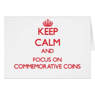 Mantenha a calma e o foco em moedas comemorativas cartão