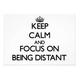 Mantenha a calma e o foco em ser distante convite personalizados