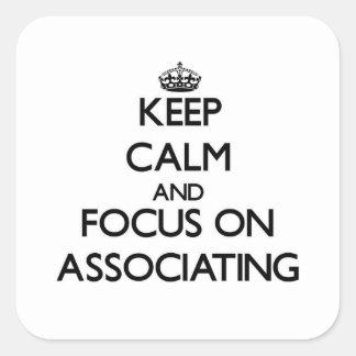 Mantenha a calma e o foco na associação adesivo quadrado