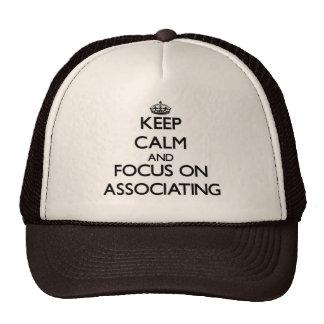Mantenha a calma e o foco na associação boné