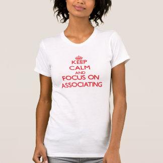 Mantenha a calma e o foco na ASSOCIAÇÃO T-shirt