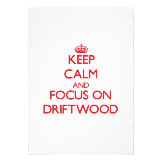 Mantenha a calma e o foco na madeira lançada costa convite personalizado