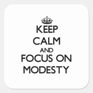 Mantenha a calma e o foco na modéstia adesivo quadrado