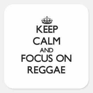 Mantenha a calma e o foco na reggae adesivo em forma quadrada