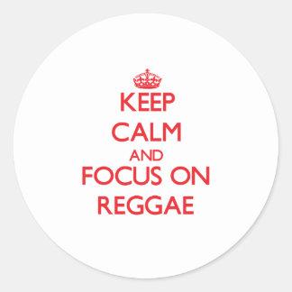 Mantenha a calma e o foco na reggae adesivo em formato redondo