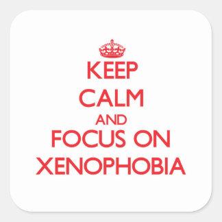 Mantenha a calma e o foco na xenofobia adesivos quadrados