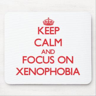 Mantenha a calma e o foco na xenofobia mousepad