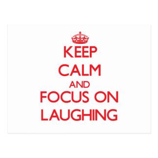 Mantenha a calma e o foco no riso cartão postal