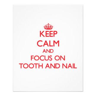 Mantenha a calma e o foco sobre com unhas e dentes modelo de panfleto
