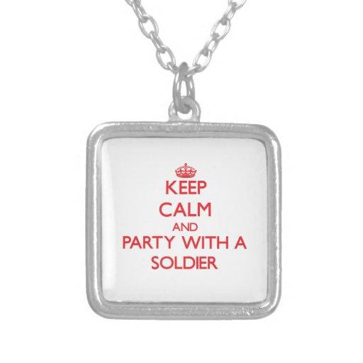 Mantenha a calma e o partido com um soldado bijuteria