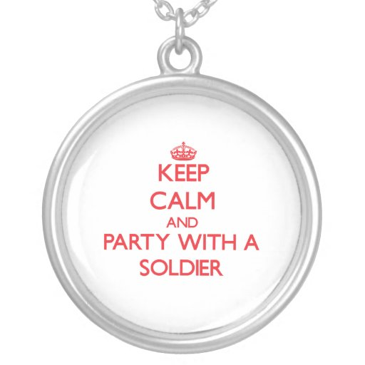 Mantenha a calma e o partido com um soldado colares
