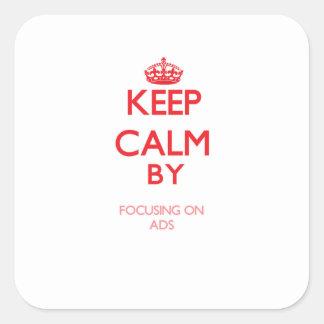 Mantenha a calma focalizando em anúncios adesivos quadrados