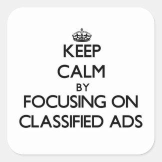 Mantenha a calma focalizando em anúncios classific adesivos quadrados