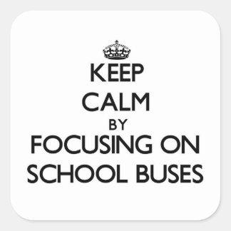 Mantenha a calma focalizando em auto escolares adesivo em forma quadrada