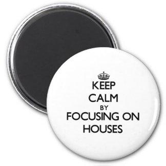 Mantenha a calma focalizando em casas imã de geladeira