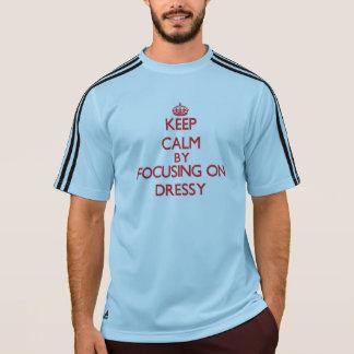 Mantenha a calma focalizando em Dressy Camiseta