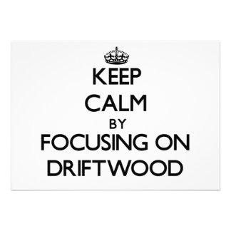 Mantenha a calma focalizando na madeira lançada co convites