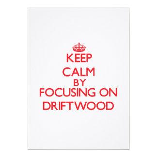 Mantenha a calma focalizando na madeira lançada convites personalizado