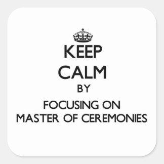Mantenha a calma focalizando no mestre de cerimóni