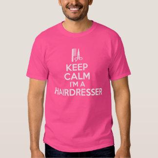 Mantenha a calma que eu sou um cabeleireiro camisetas