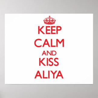Mantenha calmo e beijo Aliya Posters
