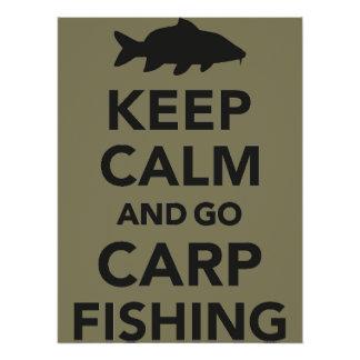 """Mantenha calmo e vá poster da pesca da carpa"" Poster Perfeito"
