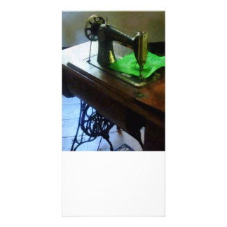 Máquina de costura com pano verde cartoes com foto