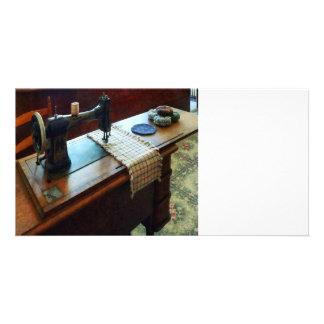 Máquina de costura e Pincushions Cartões Com Fotos Personalizados