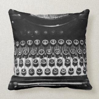 Máquina de escrever preto e branco travesseiros